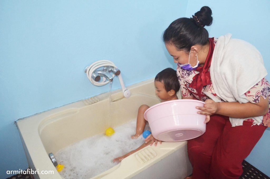 Umur berapa anak bisa mandi air dingin